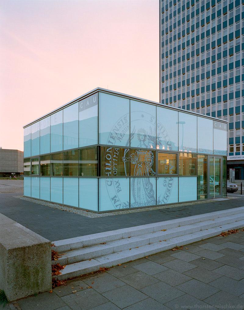 Foto: Hauptpforte CAU abends © www.ThorstenMischke.de Fotodesign Kiel