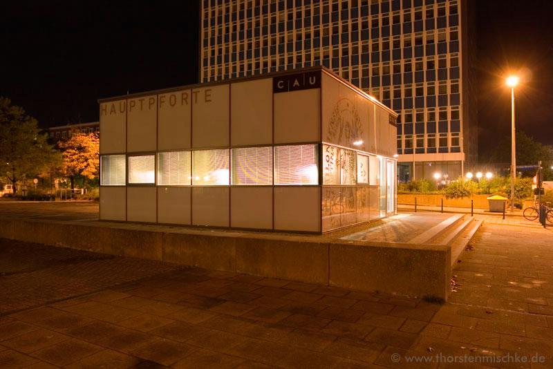 Foto:  Hauptpforte CAU Nachts © www.ThorstenMischke.de Fotodesign Kiel